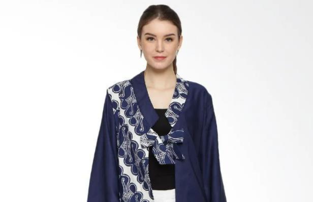 10 Inspirasi Baju Batik Wanita Terbaru yang Kece Abis